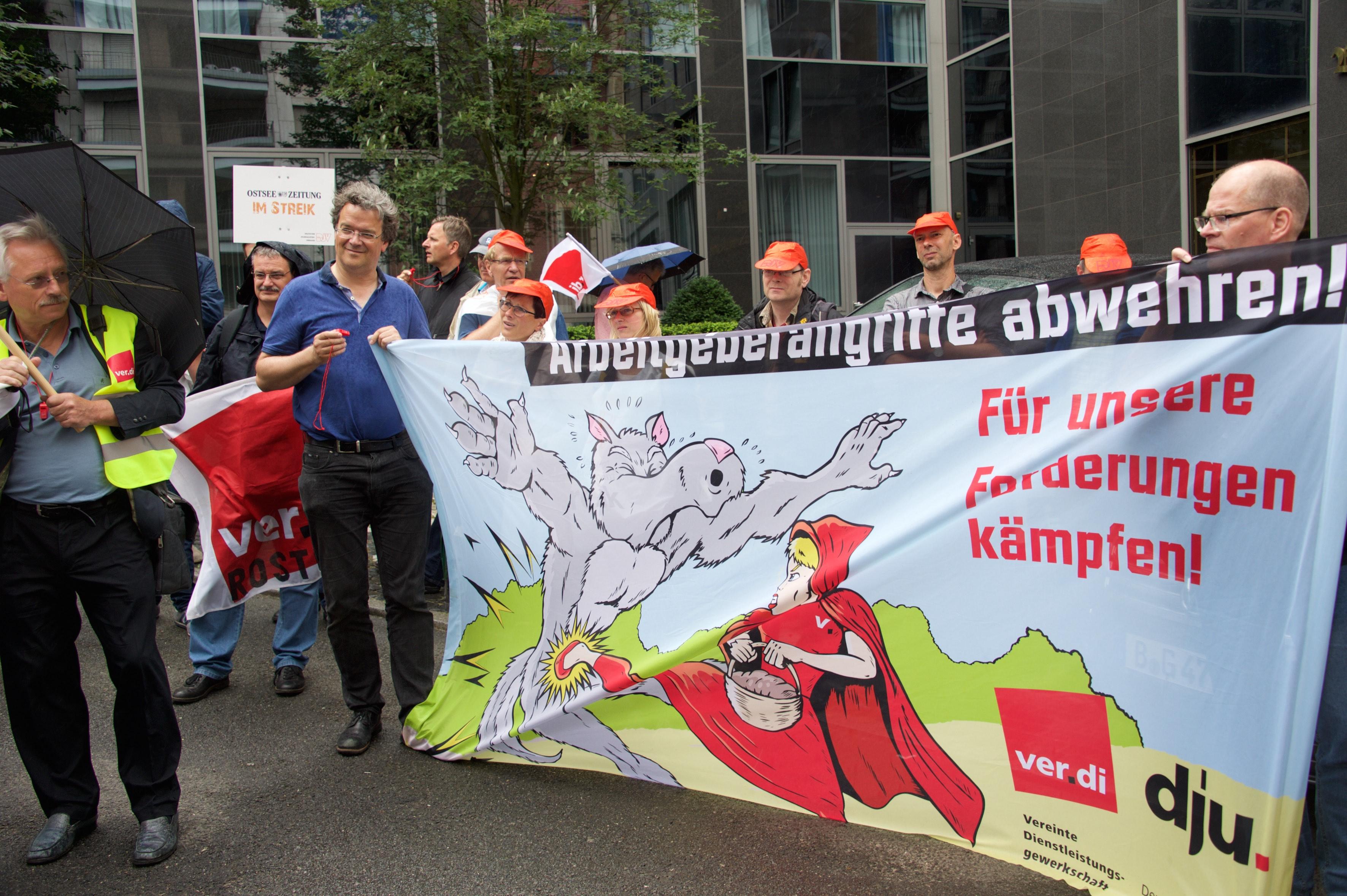 Journalist_innen aus Niedersachsen, Mecklenburg-Vorpommern und Berlin demonstrieren zu Beginn der 5. Tarifverhandlunsgrunde vor dem Maritim proArte Hotel in BerlinFoto: Gabriele Senft