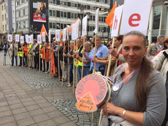 Etwa 150 streikende Tageszeitungsjournalist_innen haben sich auf dem Jahnplatz in Bielefeld versammeltFoto: