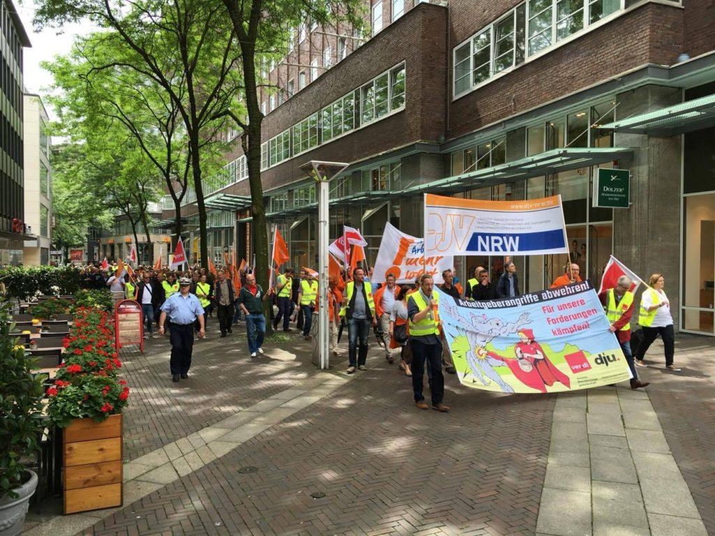 Protestzug der streikenden Tageszeitungsjournalist_innen durch die Essener InnenstadtFoto: ver.di