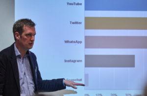 Leif Kramp, Universität Bremen, Zentrum für Meiden-, Kommunikation- und Informationsforschung, zeigt die Veränderungen der Arbeitsfelder im Medienbereich auf Foto: Hermann Haubrich