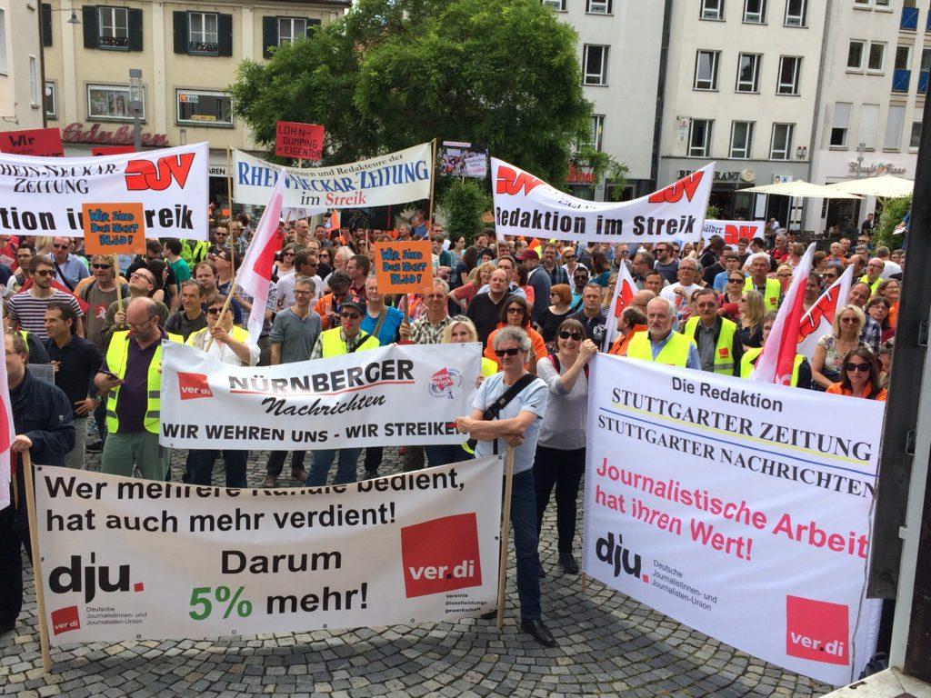 Die zentrale Streikkundgebung in Ulm, an der sich rund 600 Redakteur_innen aus Bayern, Baden-Württemberg und Hessen beteiligtenFoto: Rudi Kleiber