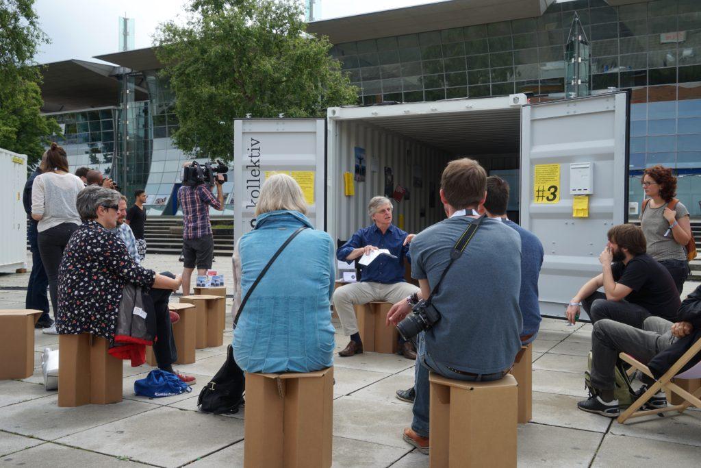 dju-Bundesvorstandsmitglied Joachim Legatis berichtet im Container-Dorf auf der LUMIX über die Situation der Medien in der TürkeiFoto: Martha Richards