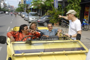 """Joshua Oppenheimer (re.) bei den Dreharbeiten für """"The Act of Killing"""" in Indonesien Foto: theactofkilling.de/anonymous"""
