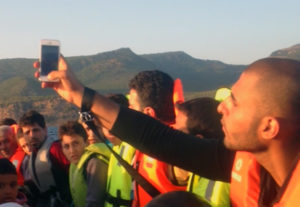 """Der Dokumentarfilm """"My Escape / Meine Flucht"""" ist eine Montage aus (Handy-)Videos. Der Film lässt 15 Flüchtlinge aus Syrien, Eritrea und Afghanistan selbst sprechen: Sie kommentieren ihr Filmmaterial. Foto: berlin producers, Mohammad Ghunaim"""
