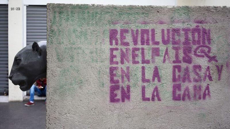 """Graffiti in Guatemala City: """"Revolution im Land, im Haus und im Bett"""" Foto: Markus Dorfmüller"""