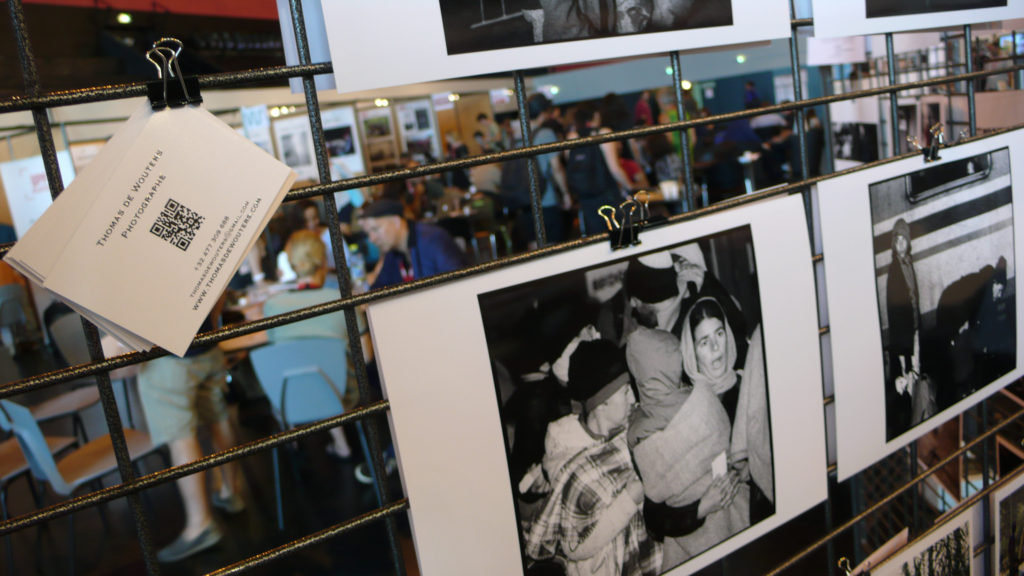 """Präsentation ausgewählter Portfolios durch die Association Nationale des Iconographes ANI im Festivalzentrum. Im Bild die Serie """"Migrants, the Exodus"""" von Thomas de WoutersFoto: Felix Koltermann"""