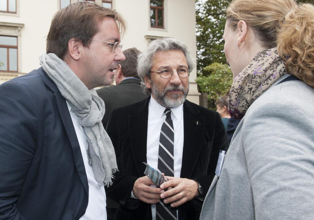 Can Dündar im Gespräch mit Jane Whyatt (re:) und Christian Mihr, Geschäftsführer von Reporter ohne Grenzen (li.) Foto: Christiane Eisler