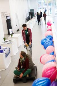 Mobilität ist in - auf zum nächsten Panel, vielleicht mit Zwischenstopp am dju-Infostand Foto: Jan-Timo Schaube