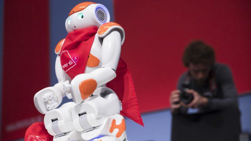 """Das erste Wort hatte der Roboter vom Roboter-Team der Humboldt Universität Berlin. Er begrüßte  die 300 Teilnehmer_innen des Kongresses  """"Arbeit und Gesellschaft 4.0: Mitbestimmen, Mitgestalten.""""  am 17. und 18. Oktober 2016 in Berlin Foto: Kay Herschelmann"""