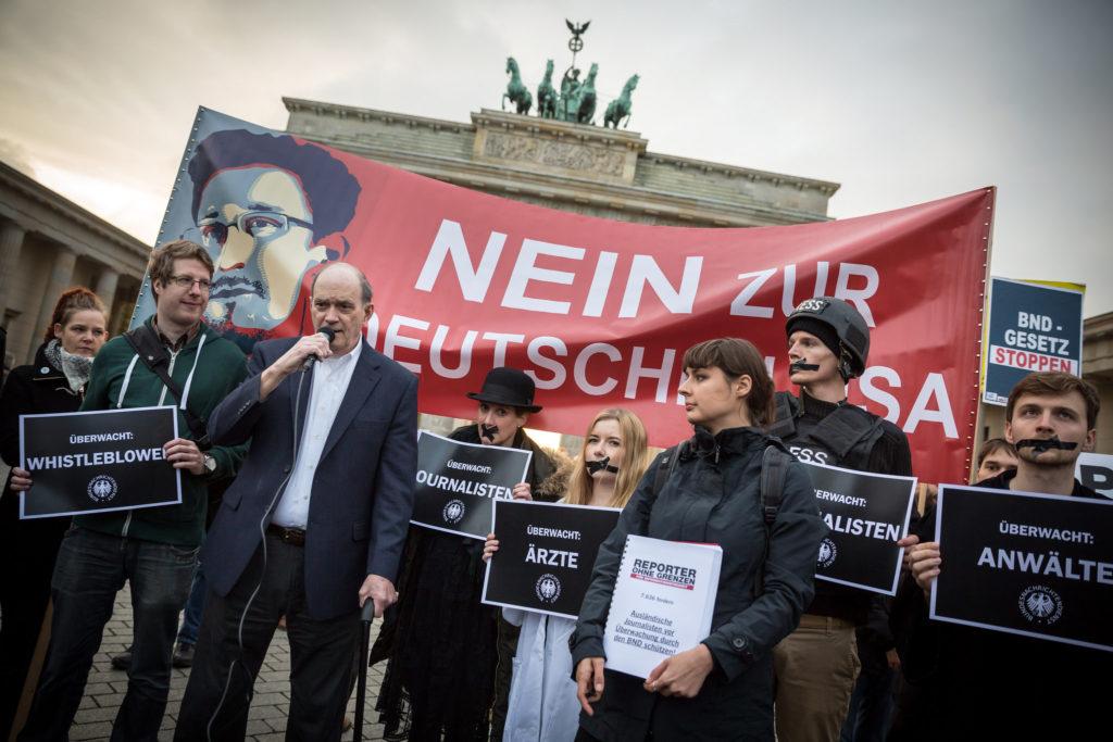 """Der ehemalige NSA-Mitarbeiter William Binney spricht auf der Kundgebung """"BND-Gesetz stoppen"""" vor dem Brandenburger TorFoto: www.GordonWelters.com"""