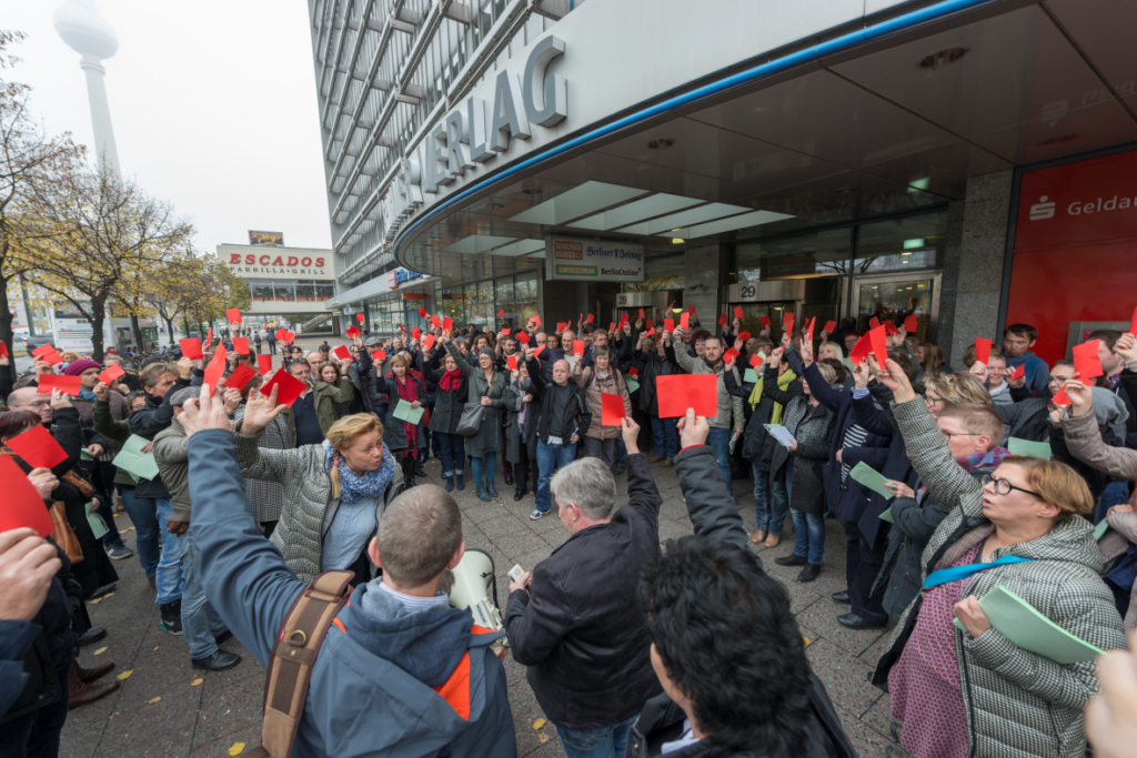 Rote Karten zeigten die Berliner Beschäftigten, nachdem die DuMont-Pläne am 27. Oktober verkündet worden waren. Foto: ver.di