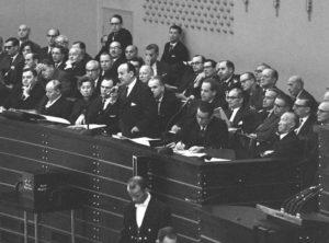 Im Rahmen der Spiegel-Affäre gibt es 1962 eine Anhörung im Bundestag und Innenminister Hermann Höcherl stellt sich den Fragen der Abgeordneten. Foto: BPA Bilderdienst