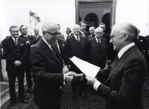 Bundespräsident Gustav Heinemann wird am 12. Dezember 1973 der Pressekodex überreicht. Foto: Presserat