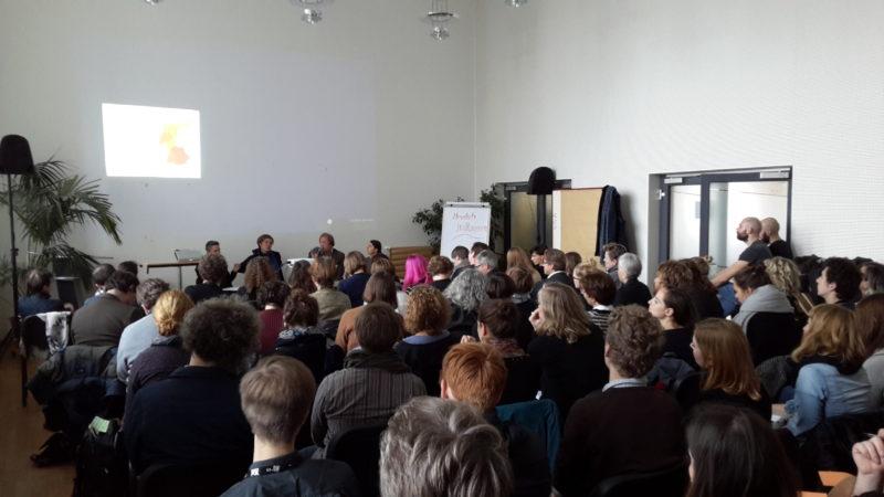 Bis auf den letzten Platz belegt war der große Saal im Leipziger Volkshaus beim ersten Vernetzungstreffen der Festivalarbeiter_innen. Foto: Gundula Lasch