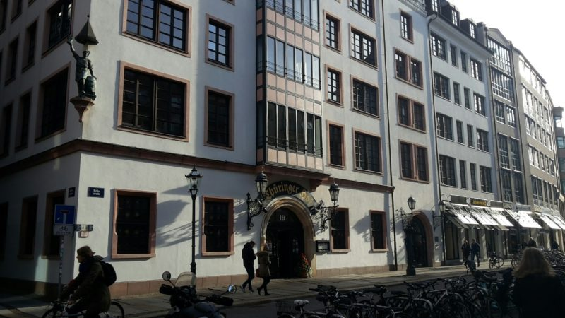 """Zu seiner Gründung im Gebäude Ecke Universitäts-/Schillerstraße ansässig, ist das geschichtsträchtige Institut heute in der Burgstraße 21 untergebracht. Im 19. Jahrhundert galt das bis heute erhaltene Wirtshaus """"Thüringer Hof"""" als """"neutrales Gebiet"""" für alle akademischen Bürger, unter ihnen Robert Schumann und der Dichter Klopstock. Foto: Gundula Lasch"""