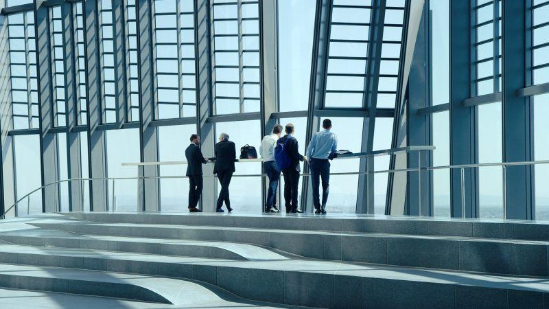 """Ganz so transparent, wie sich die Geldhäuser und globalen Unternehmen in ihrer Glasarchitektur geben, sind sie, was Auskünfte über das dahinterstehende Finanzsystem angeht, dann doch nicht, fand Filmemacherin Carmen Losmann in """"Oeconomia"""" herausBild: Neue Visionen Filmverleih"""