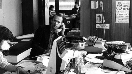 Günter Wallraff vor der Redaktion der Bild-Zeitung in Hamburg 1977 und in einer Redaktionssitzung der Bild-Zeitung in Hannover 1977.