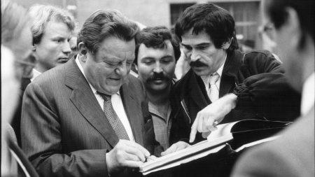 Franz Josef Strauß gibt Wallraff beim Aschermittwoch 1985 in Passau auf dessen Bitte hin ein Autogramm. Nebenstehenden Männern der Security fallen der aufgeklebte Schnauzer und die Perücke des Journalisten nicht auf. -Foto: Günter Zint